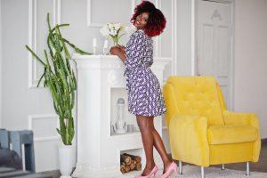 Modieuze vrouw in leuke blousejurk