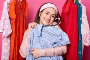 Vrouw shopt jurken